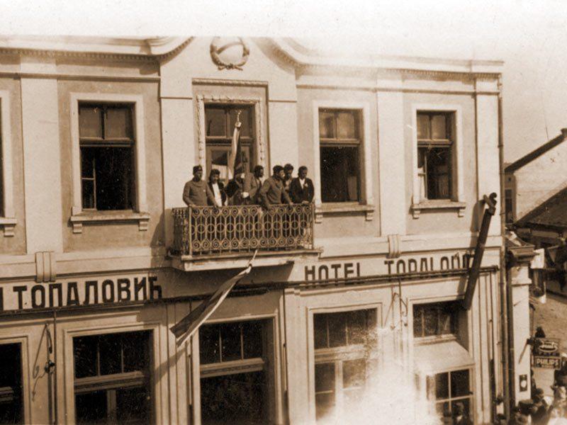 Хотел Топаловић, преко пута Јадрана.