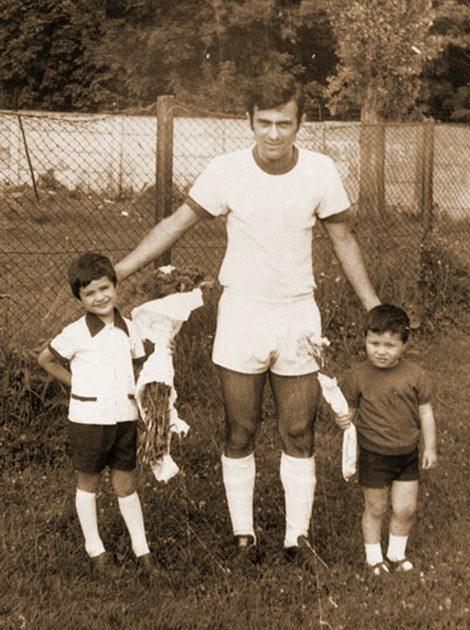 Душан Јевремовић са синовима на опроштају од активног играња фудбала. (Кликни за већу фотографију)
